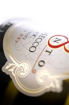 Particolare effetti oro a caldo e verniciatura lucida a spessore 266x400 Progetto grafico etichetta prosecco   8cento