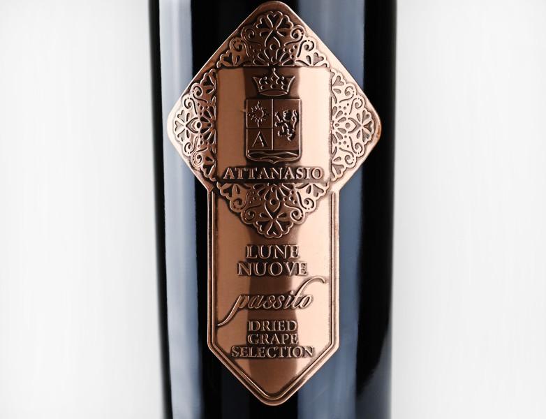 etichetta metallo4 782x600 Design etichetta vino   Lune Nuove   Cantina Attanasio